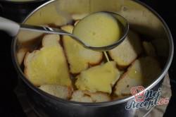 Příprava receptu Žemlovka s jablky a rozinkami a bílkovou peřinkou, krok 4