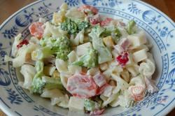 Příprava receptu Lehký těstovinový salát s jogurtovým dresinkem, krok 7
