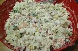Příprava receptu Lehký těstovinový salát s jogurtovým dresinkem, krok 6