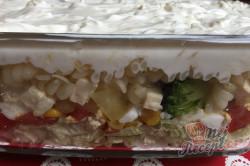Příprava receptu Vrstvený těstovinový salát se zakysanou smetanou, krok 14