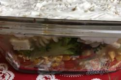 Příprava receptu Vrstvený těstovinový salát se zakysanou smetanou, krok 11