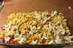 Příprava receptu Vrstvený těstovinový salát se zakysanou smetanou, krok 6