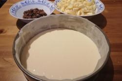Příprava receptu Jablečný koláč ze zakysané smetany s rozinkami, krok 2