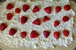 Příprava receptu Tvarohoví šneci s jahodami, krok 1