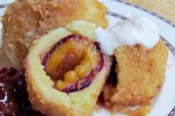 Příprava receptu Speciální bramborové knedlíky se švestkami, tvarohem a skořicí, krok 5