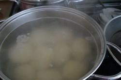 Příprava receptu Speciální bramborové knedlíky se švestkami, tvarohem a skořicí, krok 2